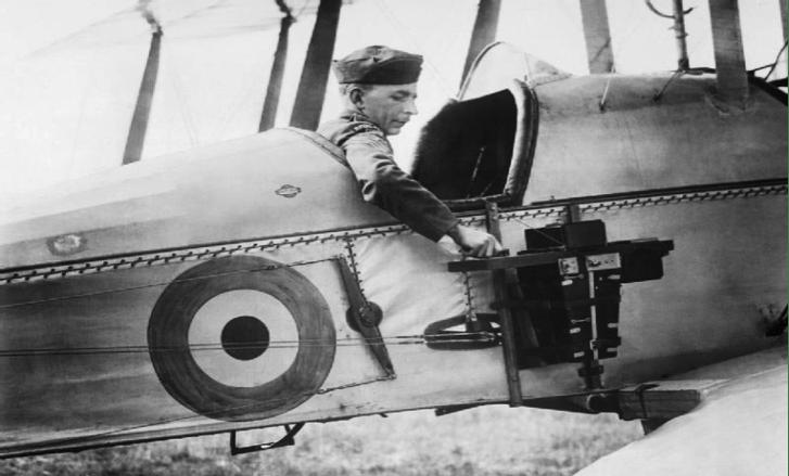 Avión de reconocimiento de la Royal Flying Corps usa una cámara fijada al fuselaje en 1916.