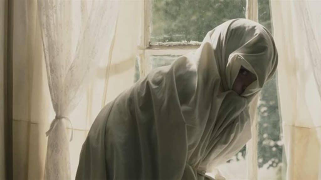 Sam se oculta del fantasma tras una sábana.